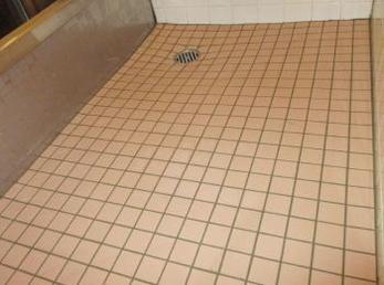 お風呂のタイル床が古くなって来たので、新しくしたいとお考えの方に向けた施工事例です。<br>この事例を読む事で、既存のタイル面にも新しいタイルが貼れて費用も低く抑えてバリアフリーにも出来る事が理解できます。