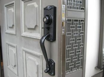 玄関ドアが古くて、写真ように親指で押さえてドアを開くタイプの玄関錠をお使いの方に向けた施工事例です。<br>玄関錠は交換できるタイプと、出来ないタイプがありますが、調子が悪くてそのままにしていると、突然家に入れなくなるので心当たりの方は注意してください。