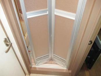 お風呂のドアが古くなって、最近開きにくくなっている方に向けた施工事例です。<br>この事例を読む事で、足元のまたぎ板がどれくらい傷んでいるのか、折れ戸に交換する事が出来るのか知ることが出来ます。<br>YKK サニーセーフ 浴室折れ戸の交換事例です。