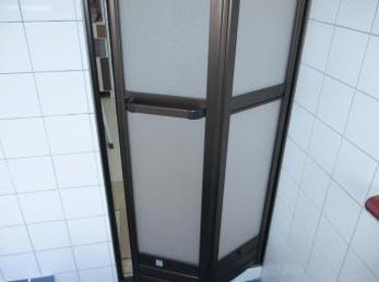 お風呂の扉がガラス扉や折れ戸の方に向けた施工事例です。<br>この事例を見る事で、古い扉でも壁を壊すことなく新しいお風呂の折れ戸を取り付ける事が出来るとわかります。<br>YKKサニーセーフⅡ 浴室出入口の取付け事例です。