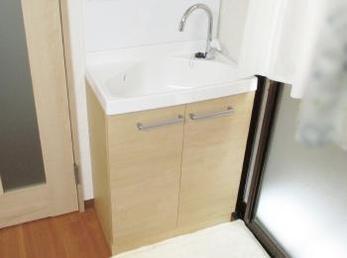 洗面化粧台が古くて、新しい物に変えたい方に向けた施工事例です。<br>この事例を読む事で、狭いスペースでも有効活用する事で、洗面化粧台が違和感なく設置出来る事がわかります。<br>リクシル洗面台リフラの施工事例です。