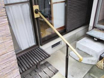 玄関や、庭に降りるのに段差が多い家の方に向けた施工事例です。<br>この事例を読む事で、手すりが付けにくかった縁側でもしっかりと設置できる事がわかります。<br>マツ六 フリーRレールの取付け施工例です。