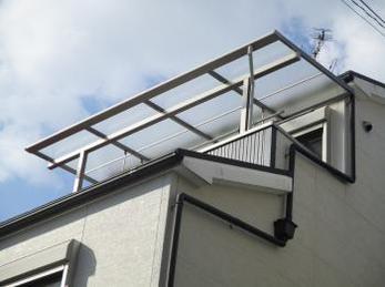 雨の日に洗濯物が多い家の方で、干場に悩まれている方に向けた施工事例です。<br>この事例を読む事で、3階の高い位置にあるベランダにもテラス屋根を付ける事が出来、干せる面積がぐんと広がる事がわかります。<br>■三協アルミ メニーウェル F型テラスの施工事例です。