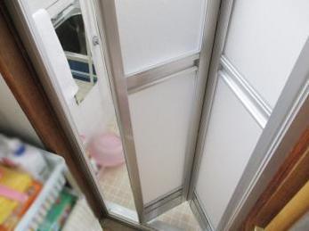 古くからお使いの浴室で扉がガラスドアのご家庭の方に向けた施工事例です。<br>安全な浴室用折れ戸に交換される方が多くおられます。<br>■YKK サニーセーフ浴室折れ戸の設置事例です。