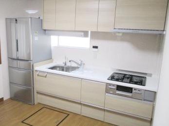 キッチンが古くなって、リフォームをお考えの方に向けた施工事例です。<br>この事例を読む事で、物が沢山あったキッチンが綺麗に片付いたキッチンに生まれ変わる様子が分かります。<br>■クリナップ システムキッチン ラクエラの施工事例です。