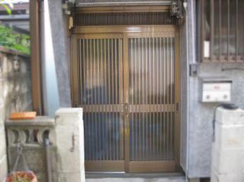 玄関が古くなって、カギが掛けにくかったり、コマがガタガタで引戸が開けにくい方に向けた施工事例です。<br>この事例を読む事で、古くなった引き違い戸がどの様に交換されるのかがわかります。<br>■三協アルミ 玄関引き戸 麗峰への交換施工事例です