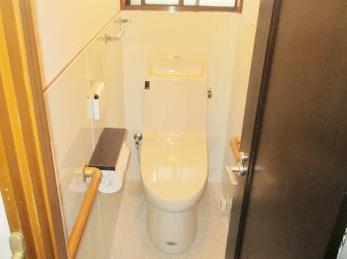 便器が古くなって来て、交換をお考えの方に向けた施工事例です。<br>この事例を読む事で、段差解消方法やタイル面の仕上げ方法、1日の工事でどれ位出来るのかがわかります。<br>■LIXIL アメージュZ シャワーリトイレを1階 2階で交換した施工事例です。