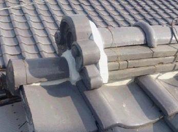 築20年以上経った家の方に向けた施工事例です。<br>普段、屋根の上は気にされないと思いますが、雨漏りの原因になりますので、たまには上も見あげてください。<br>瓦屋根の補修工事事例です。
