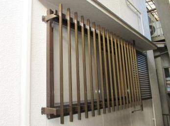 泥棒は窓を割って入る事が多いので、面格子を付ける事は防犯上、大変有効です。<br>この事例を読む事で、雨戸のある窓でも面格子が付けられる事がわかります。<br>■雨戸の上に取付け可能な、当社オリジナルの面格子取付け事例です。