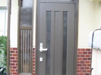 玄関が古くて取替えをお考えの方に向けた施工事例です。<br>この事例を読む事で、木製の玄関ドアが1日でアルミのドアになる所がわかります。<br>■リクシル玄関ドア クリエラRの施工事例です。