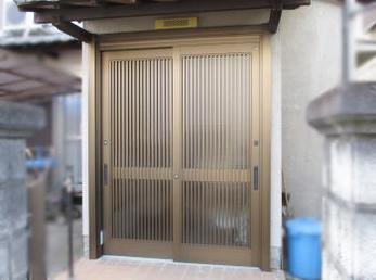 玄関の引き戸が古くなって、交換をお考えの方に向けた施工事例です。<br>この事例を読む事で、古い引き戸も1日で新しくなる事がわかります。<br>■リクシル玄関引き戸 リシェルの施工事例です。