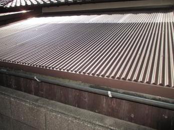 古いスレート屋根の張り替えをお考えの方に向けた施工事例です。<br>この事例を読む事で、古いスレートを外すことなく上から新たに波板を張ることで雨漏りを治す方法がわかります。<br>■鉄板波板でのカバー工法の施工事例です。