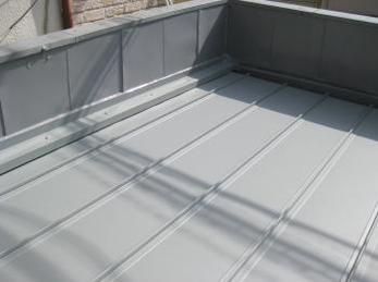家の屋根が波板やブリキで出来ていて、古くなってきている方に向けた施工事例です。<br>この施工事例を読む事で、古い屋根を外さずに上から改修する事で、短工期で安く仕上げることが出来る事がわかります。<br>■ガルバリウム鋼板 屋根材の施工事例です。