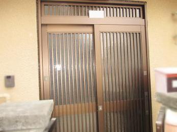 玄関引き戸が古くなり、カギがかかりにくくなっている方に向けた施工事例です。<br>この施工事例を読む事で、古い玄関引き戸がどのようにして新しい引き戸にかわるのかが分かります。<br>■YKK玄関引戸 れん樹の施工事例です。