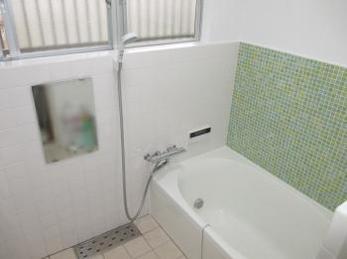 在来の浴室が古くなって来た方で、ユニットバス以外のリフォームは出来ないのかとお考えの方に向けた施工事例です。<br>この事例を読むことで、今のタイル貼りの浴室を活かしつつ、新しいお風呂にリフォームできる事がわかります。<br>■リクシルサーモバスSの施工事例です。