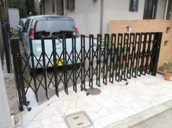 防犯上、家の車庫にカーゲートを取り付けたいとお考えの方に向けた施工事例です。<br>この事例を読む事で、路面が平滑でない場合でも、きっちりスムーズに伸縮門扉を取付け出来る事がわかります<br>■リクシル アルシャインⅡ 伸縮門扉の取付け事例です