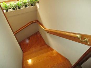 階段に手すりが付いていなくて、降りるとき不安定な方に向けた施工事例です。<br>この事例を読む事で、ビスの効かない周り階段でも、綺麗に丈夫な連続手すりを取り付ける事が出来る事がわかります。