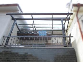 2階のベランダテラスが古くなって取り換えたいとお考えの方に向けた施工事例です<br>この事例を見る事で、波板のテラスから新規のテラスがどの様に付くのかがわかります。<br>■三協アルミ メニーウェル Rテラス取付け工事の様子です。