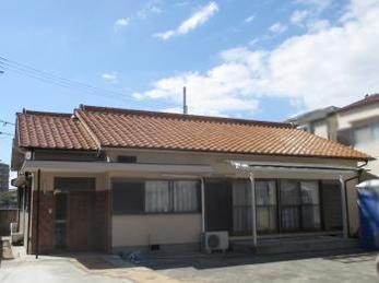 築15年以上たち、家の外壁や、屋根が傷んできて塗り替えを検討中の方に向けた施工事例です。<br>この事例を読むことで、外壁塗装の概要、屋根瓦の傷み方、修繕過程がわかります。<br>エスケー化研 水性コンポシリコン 外壁塗装仕上げの施工事例です。