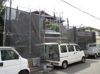 和風のご自宅で外壁塗装をお考えの方に向けた施工事例です。<br>瓦屋根が大きな場合、足場も複雑な架け方をします。<br>この施工事例を読む事で、木部や和風壁の外壁塗装の様子を知ることが出来ます。<br>■カチオンフィラー全面吹付けの様子です。