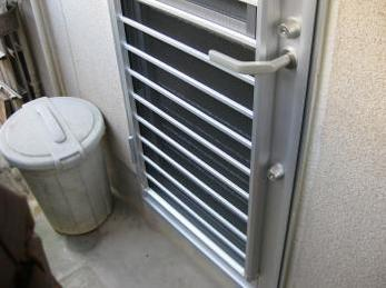 家の勝手口が古いまままで、新しくしようかとお考えの方に向けた施工事例です。<br>この事例を読むことで、最近の勝手口がどの様なものか、取付けの様子などを知ることが出来ます。<br>■三協アルミ採風勝手口ドア マディオ サンシルバーの取付け事例です。