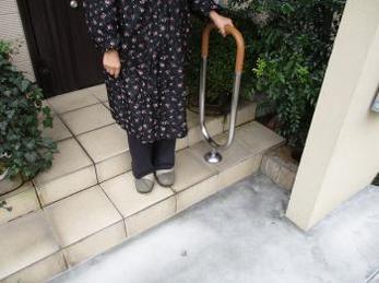 歳をとってきて足腰に不安のある方で、玄関の段差が気になる方に向けた施工事例です。<br>この事例を読む事で玄関アプローチの段差を解消し、手すりを取り付けたときの様子がわかります。<br>■積水樹脂 屋外用手すり ポーチXの施工事例です。