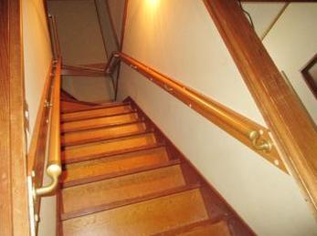家の階段に手すりを取り付けたいとお考えの方に向けた施工事例です。<br>この事例を読む事で複雑な階段の手すりもしっかりと取り付けることが出来るのがわかります。<br>マツ六社製 木製35φディンプル付階段手摺りを使用しました。
