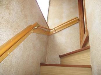 家の階段に手すりを付けたいとお考えの方に向けた施工事例です。<br>この事例を読む事で、古くなった綿壁にもしっかりと連続手すりを、取り付ける事が出来るのがわかります。<br>■マツ六 35φ木製手すりの取り付け事例です。