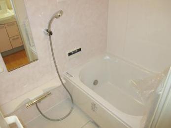 家の浴室が古くなって、最新のシステムバスにリフォームしたいとお考えの方に向けた施工事例です。<br>この事例を読む事で、工事の時に初めてわかる壁の中のトラブルを知ることが出来ます。<br>■リクシル システムバス リノビオV1116の施工事例です。