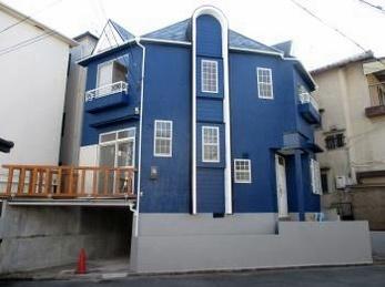 洋風のお宅の外壁塗装の施工例です。<br>この施工事例を読む事で従来の色に捕らわれない、おしゃれな家の仕上がり具合が見れます。<br>白い壁から目のさえる青い壁に一新します!<br>スズカの水性コンポシリコンの施工事例です