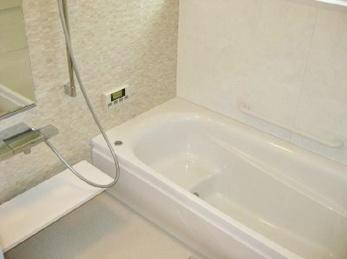 古いお風呂を新しくしたい!少しでも広くしたい!という方必見です。以前と比べると、お手入れもとっても楽になっているのでおススメです。<br>■TOTO システムバス サザナの施工例です