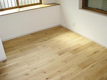 フローリング張替えリフォームです。今回は既存の床を全てはがし、断熱材も入れ替えました。ikutaの複合フローリング「プレミアムコレクション ビンテージフロアー ラスティック」の施工例で、木のぬくもりが感じられる仕上がりになっています。おすすめのフロアメーカーです。