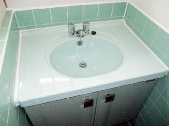 洗面台の汚れやしみ、諦めてしまっていませんか?「リニューアルコーティング」ならビフォーアフターが劇的に変わります!長年お使いの水まわりの汚れを除去してキレイを取り戻しましょう。<br>なかなか水廻りを交換できない賃貸オーナー様にもおすすめの施工事例です