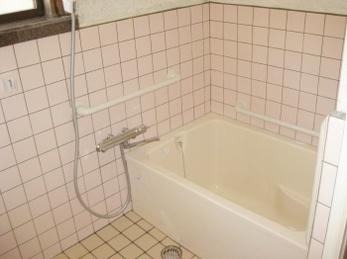 従来の浴室リフォームを検討されている方、ユニットバスにサイズが合わない方、その他、お風呂に関してお悩みの方はぜひ!<br>浴槽とドアの入替え&タイル修繕工事事例です。