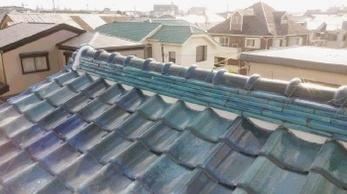 アンテナが倒れて瓦が割れた!雨漏りがする!うちの屋根はどんな状態??屋根の不安やお悩み、ご相談ください。<br>瓦のズレ・破損修繕と漆喰詰め直し工事事例です。