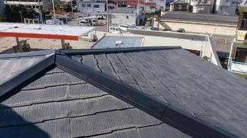 台風や強風で、屋根から金属板が落ちてきた!屋根の上の様子が何かおかしい?!スレート屋根のお家にお住まいの方は、棟板金が傷んでいるかもしれません。<br>棟板金交換工事事例です。