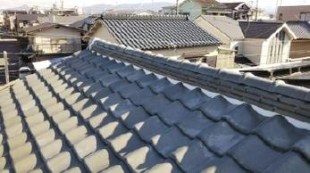 雨漏りで家の中まで影響が出てしまった!!なんてことは、できるだけ避けたいもの。<br>屋根は定期的な点検と早めの対応が、お住まいとお財布の負担を軽くします。この機会に見直してみませんか?<br>漆喰詰め直し&一部棟積み替え工事事例です。