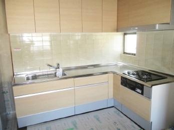 長年使い込んだキッチンを新しくしたい!収納スペースをもっとうまく活用したい!シンプルだけど使いやすいキッチンがいい!という方におすすめです。<br>お好みのパーツやデザインを組み合わせてカスタマイズできる「システムキッチン シエラ」の施工事例です。