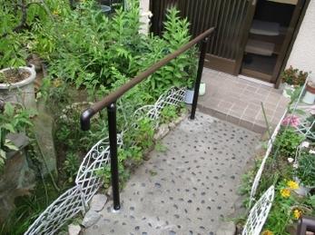 玄関から外に出るまでの移動が「苦」になっていませんか?<br>玄関アプローチに手すりを取り付けるだけでグッとラクになります。「もっと早くすれば良かった!」という声の多いリフォームです。<br>■三協アルミ「歩行者用補助手すり エトランポS2型」施工事例