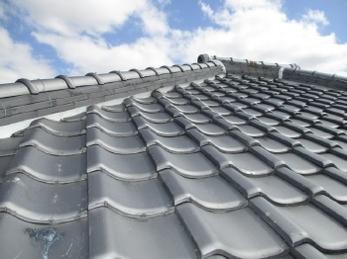 屋根劣化による雨漏りの際によく行われる「棟取り直し工事」事例です。<br>屋根の劣化は気づかないうちに進行している事が多いです。気になった時、それが相談するタイミングです。