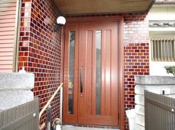 玄関ドアを替えるだけで、お家の顔がガラリとステキに大変身!たった1日でできる「玄関ドアリフォーム」事例です。<br>うちの玄関は古くて暗いし、防犯面も心配。。なんて悩みをお持ちの方にもおすすめです。
