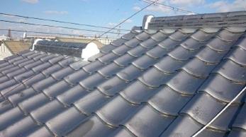 大型台風被害による屋根の補修工事を行いました。<br>緊急養生から、瓦の破損(割れ・欠け)やズレ、漆喰の崩れや剥がれなどの補修工事まで、手順を簡単に紹介しています。<br>■屋根瓦補修・漆喰詰め直し工事