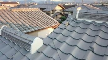 屋根瓦が落ちてきた!どうしよう!?とお困りの方はいらっしゃいませんか?<br>破損した瓦の差し替えも行っています。<br>今回は瓦修繕と漆喰詰め直し工事事例です。