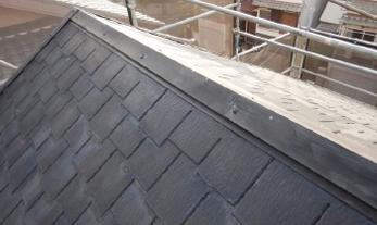 屋根から金属片が落ちてきた!?屋根の様子がいつもと違う??<br>まだ大丈夫!と放置していると、雨漏りで家の中まで大きな被害が出るかもしれません。気になる事がありましたら、ぜひお早めにご相談ください。<br>■スレート屋根の板金工事事例