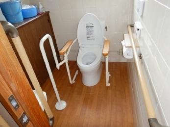 トイレに手すりや段差があって一人で行くのがつらい。なんてお悩みありませんか?<br>介護保険住宅改修の「手すり取付け&段差解消工事」事例です。<br>毎日使うトイレを快適に過ごせる空間にしませんか?