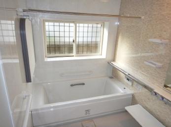 お風呂のリフォームを検討中の方必見!<br>つまづきにくい出入り口段差、使いやすい水栓まわり、浴槽出入りをサポートする手すりなど、ぜひ安心・やさしいお風呂作りにお役立て下さい。<br>■TOTOシステムバスルーム サザナ