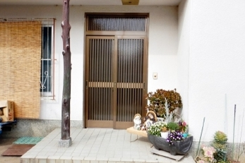 昔ながらの和風の玄関引戸を新しくできる?洋風のお家だけど引戸にできる??<br>できます!いろいろなタイプの玄関引戸がありますので、和風から洋風まで、住まいの個性を引き立てる玄関引戸をお選びいただけます。<br>■LIXIL玄関引戸菩提樹 交換工事事例