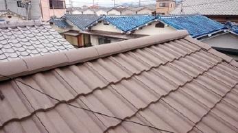 雨漏りを放置していると、大変なことになりますよ!!<br>少しくらい大丈夫だろう。。と思っていたら家の中が水浸しに!?早めの対応が大きな被害を防ぎます。軽量瓦への葺き替えをご検討中の方にもおススメの事例です。<br>■瓦屋根から軽量瓦エアルーフフレンチ葺き替え工事