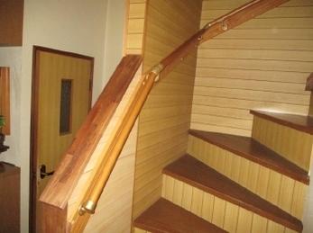 階段の昇り降りが大変に感じるようになった。。階段でヒヤッとする事があった。。そんな方には、手すりの取付けがおススメです!<br>近年、年齢に関係なくお家の安全性を高めるために設置される方が増えています。ご希望に合わせて対応させていただきますので、ぜひご相談ください。