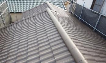 屋根は日本瓦(和瓦)ですか?<br>日本瓦も素敵ですが、屋根の強度や耐震性を考えて、重い瓦をやめて軽い瓦に変えたいという相談が増えています。屋根葺き替えを検討する時の選択肢のひとつに、軽量瓦の「エアルーフ」を加えませんか?